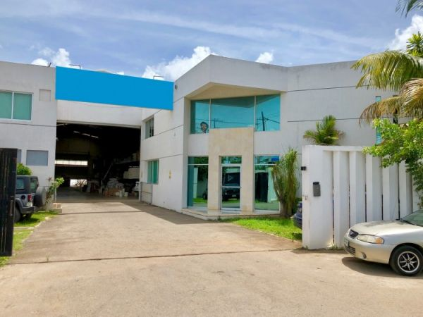 Commercial warehouse for sale at Periferico North