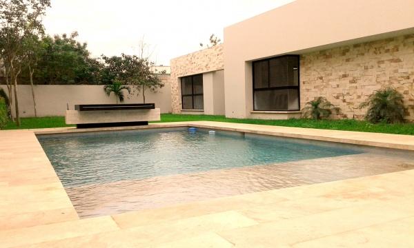 Magnifica residencia de una planta en san ram n norte for Piscina jardin norte