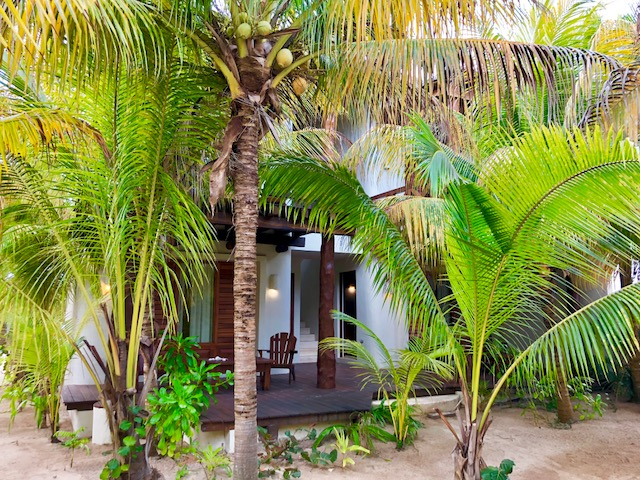 Beach front residence at Uaymitun. Bungalows access